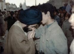 شهید موسوی دامغانی [در جمع رزمندگان]_2